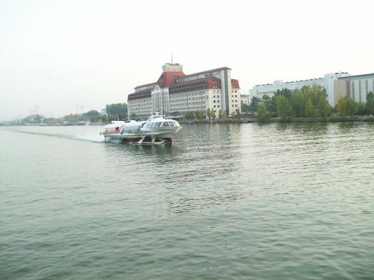 800px-Danube_River_hydrofoil_-a Lyn Gateley WC Wein